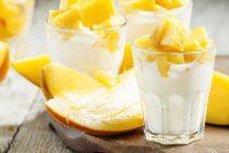 Oppskrift: Kokos-pannacotta med fruktbiter